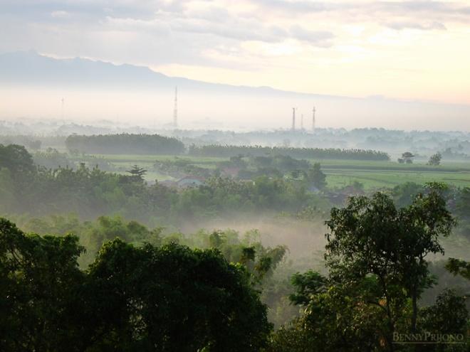 Kota Kediri ketika matahari terbit dilihat dari Lebak Tumpang